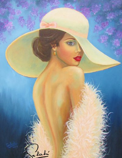 Mujer con estola de plumas.